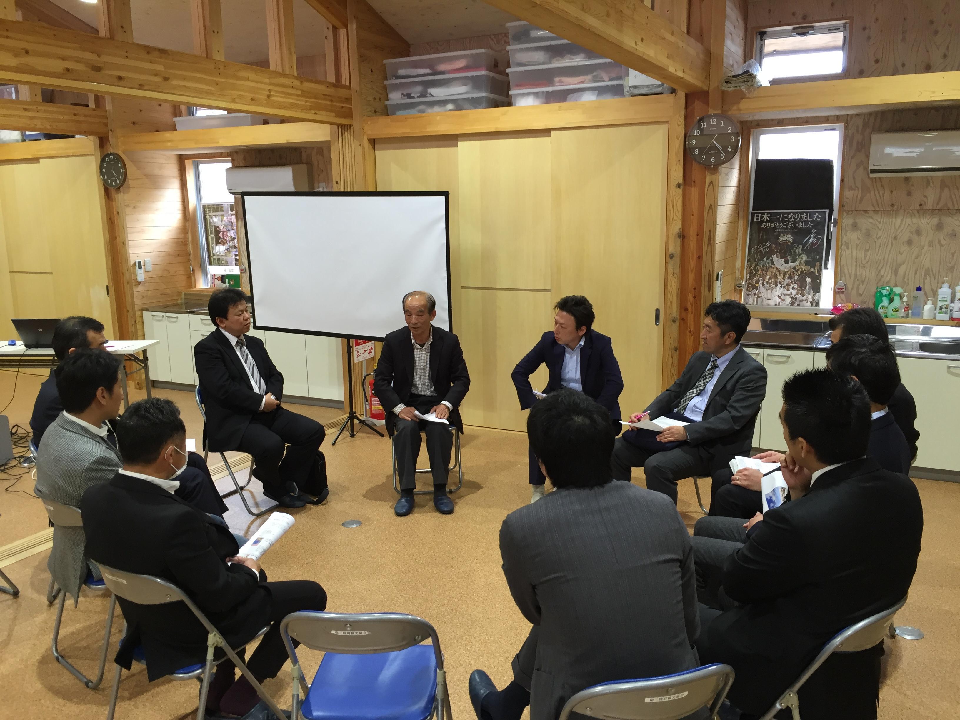座談会の模様です。真ん中にいるのがアストロテック代表佐藤秋夫様です。