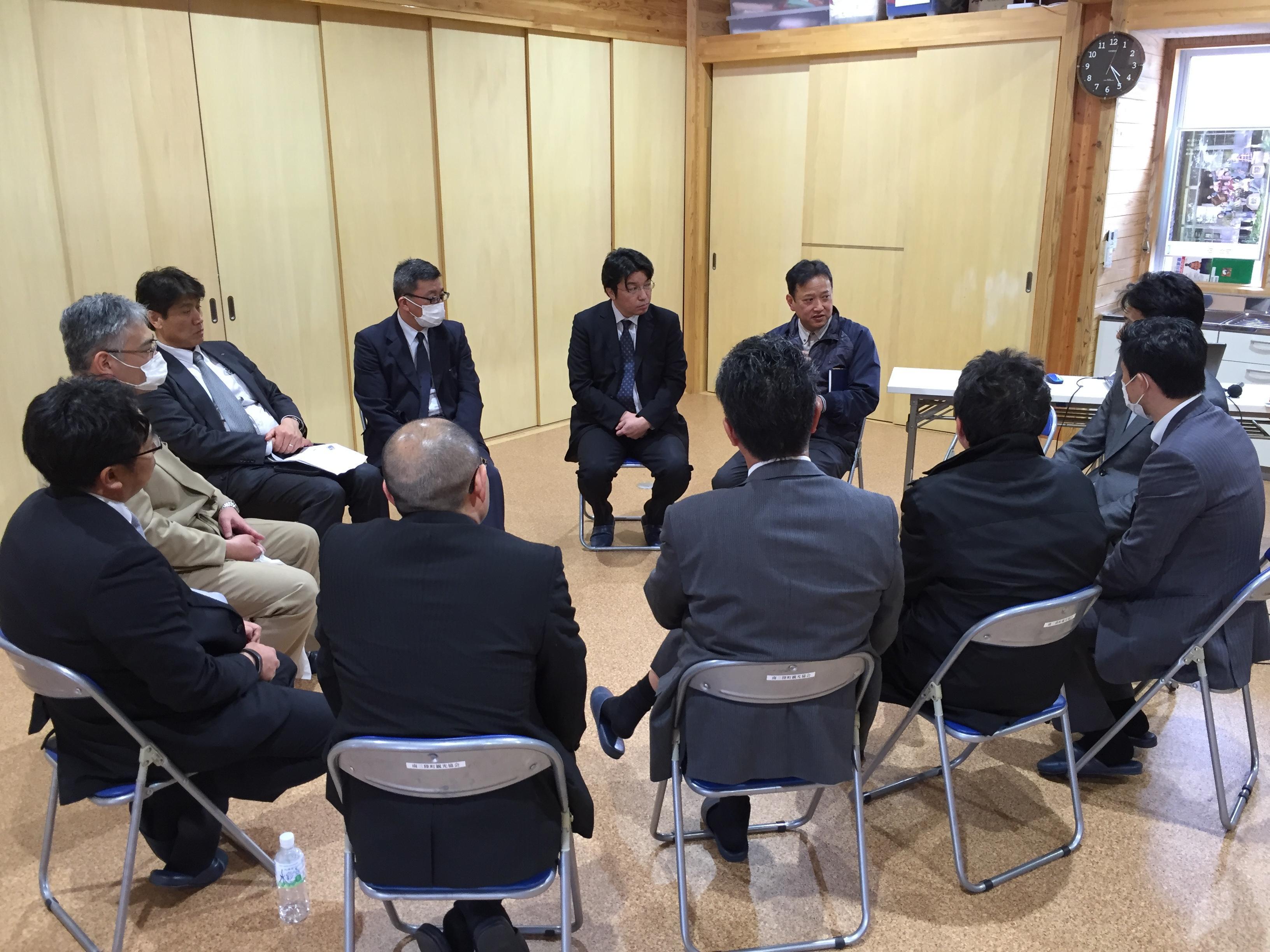座談会の模様です。右奥にいるのが株式会社マルセン食品代表三浦洋昭様です。